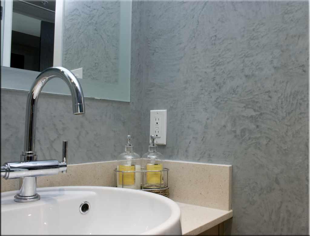 идея использования необычной декоративной штукатурки в декоре ванной