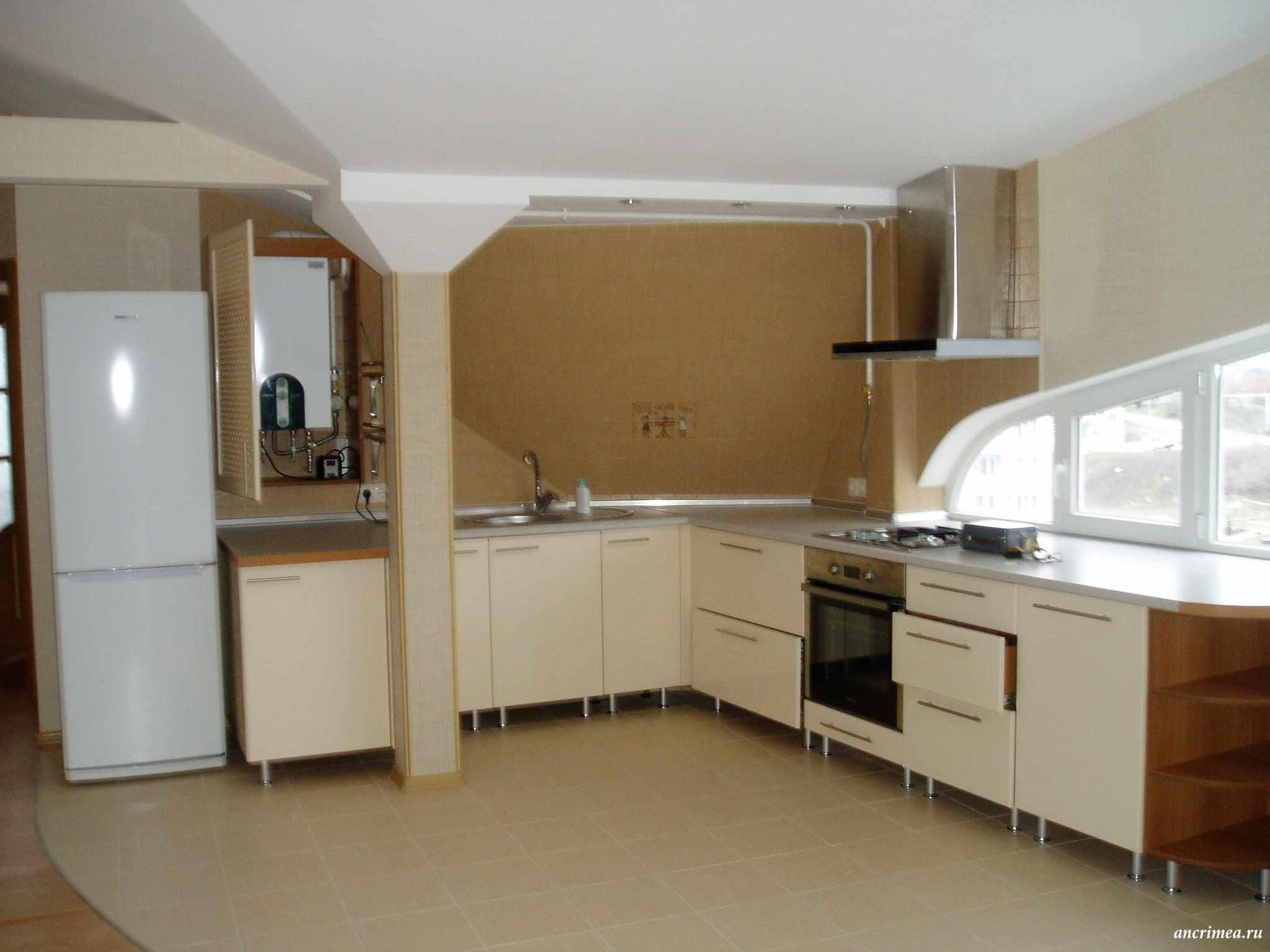 пример светлого стиля кухни с газовым котлом