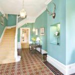 идея светлого стиля прихожей в частном доме фото