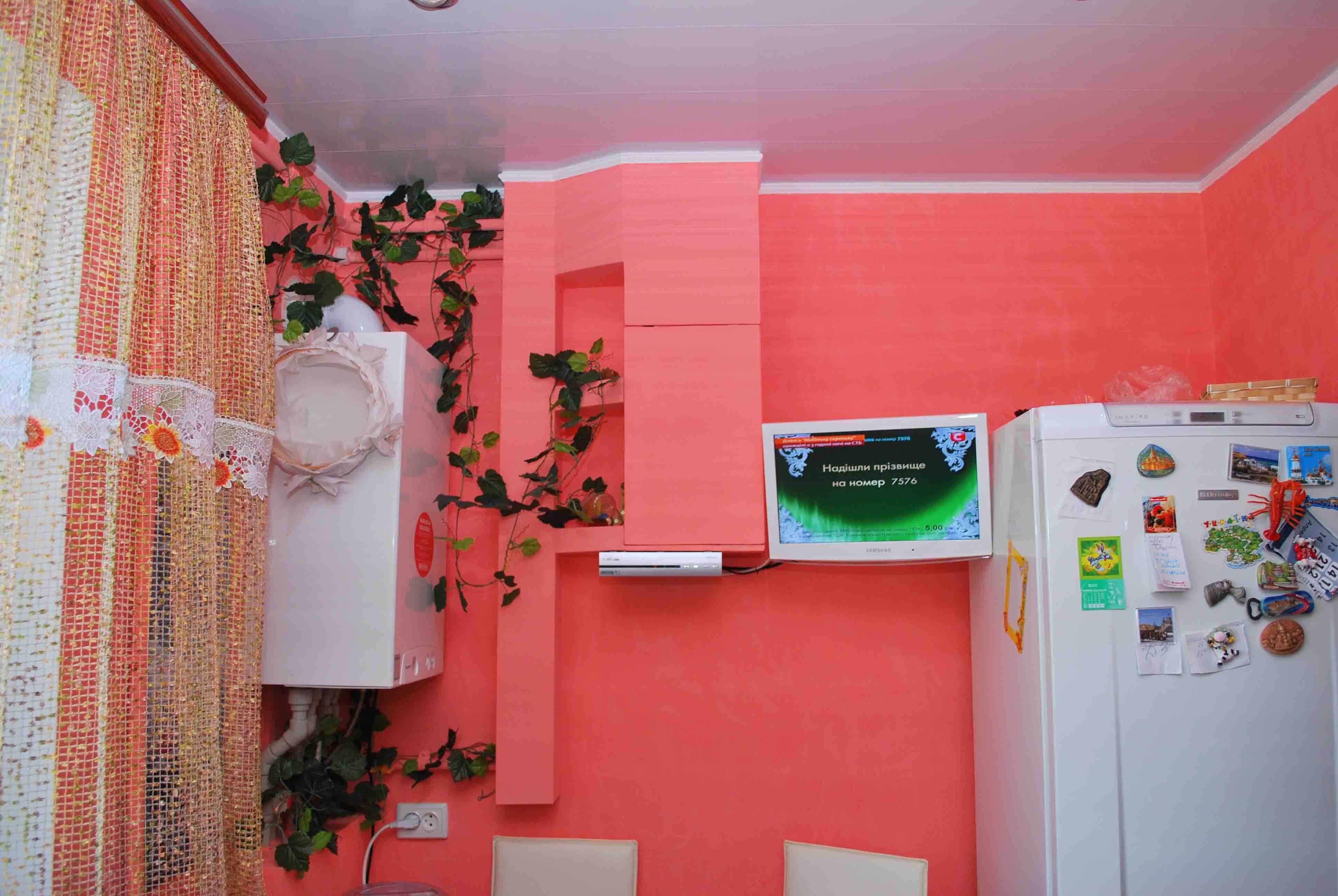 пример яркого интерьера кухни с газовым котлом