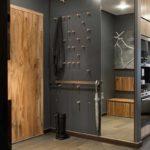 вариант яркого дизайна прихожей комнаты в частном доме картинка