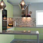 пример светлого интерьера угловой кухни картинка