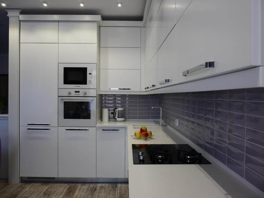 пример яркого декора угловой кухни