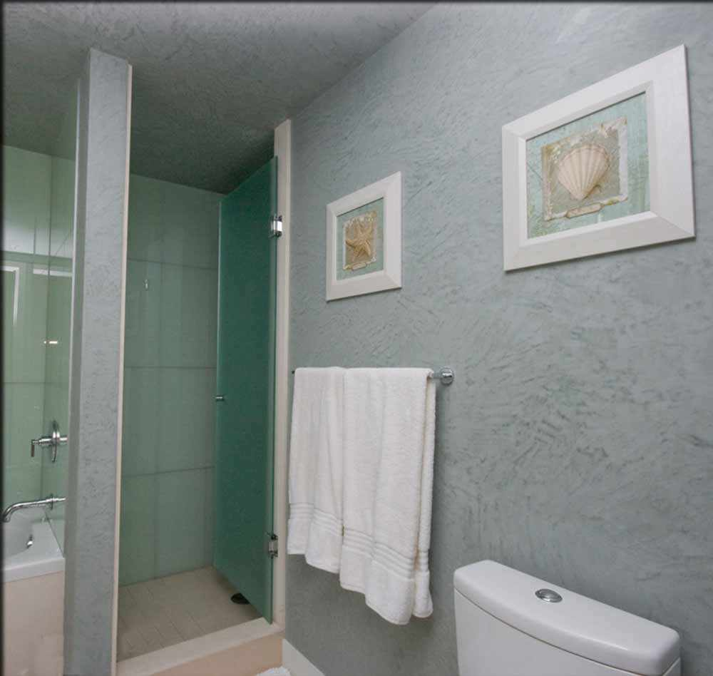 пример применения яркой декоративной штукатурки в интерьере ванной комнаты