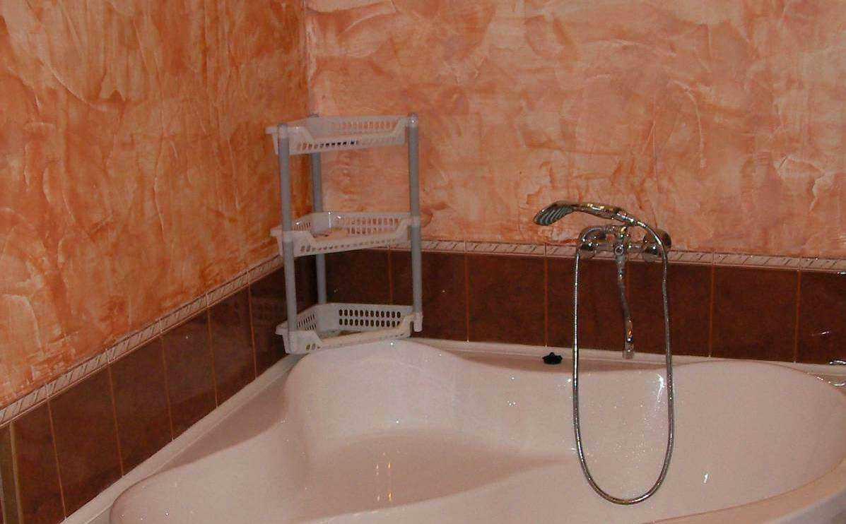 идея использования светлой декоративной штукатурки в интерьере ванной комнаты