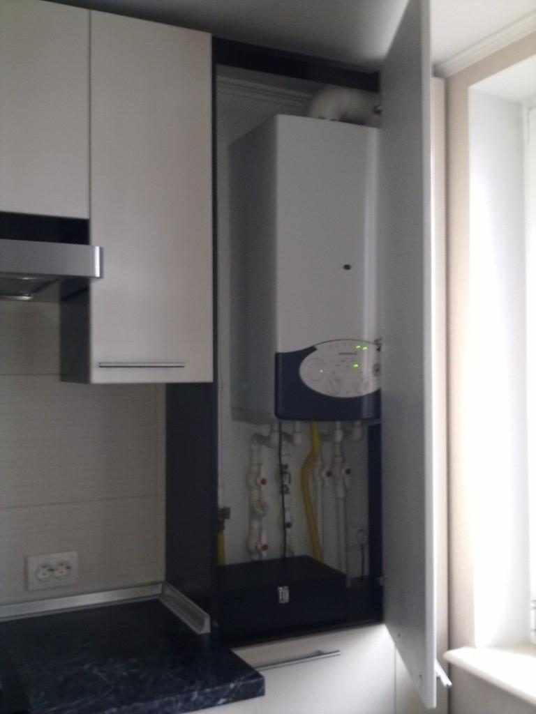 пример яркого стиля кухни с газовым котлом