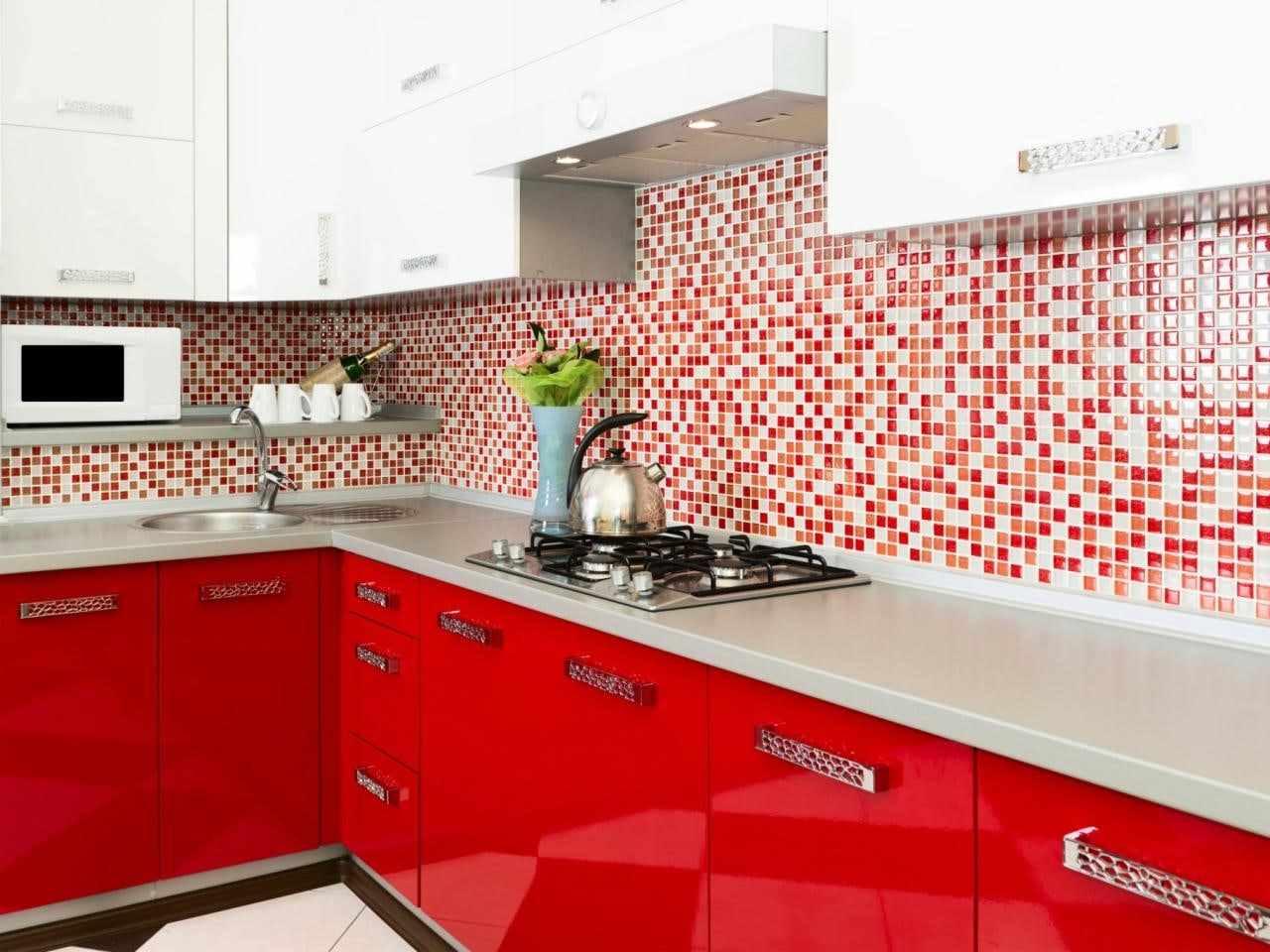 вариант светлого дизайна красной кухни