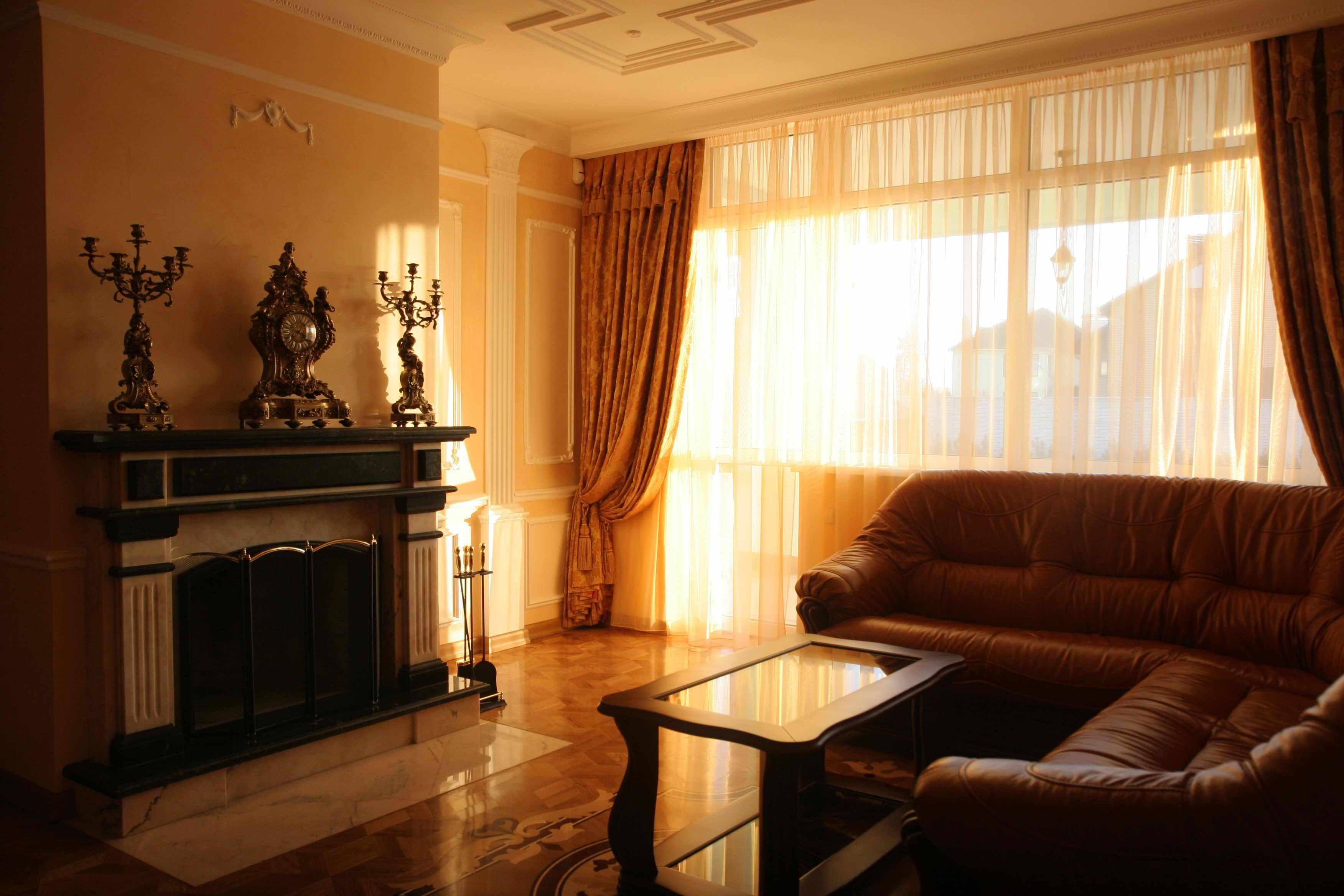 пример использования светлого интерьера гостиной комнаты с камином