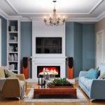 вариант использования красивого декора гостиной комнаты с камином картинка
