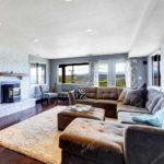 пример использования необычного интерьера гостиной комнаты с камином картинка