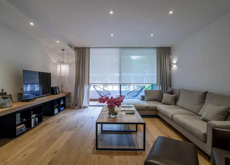 идея яркого интерьера гостиной комнаты 19-20 кв.м