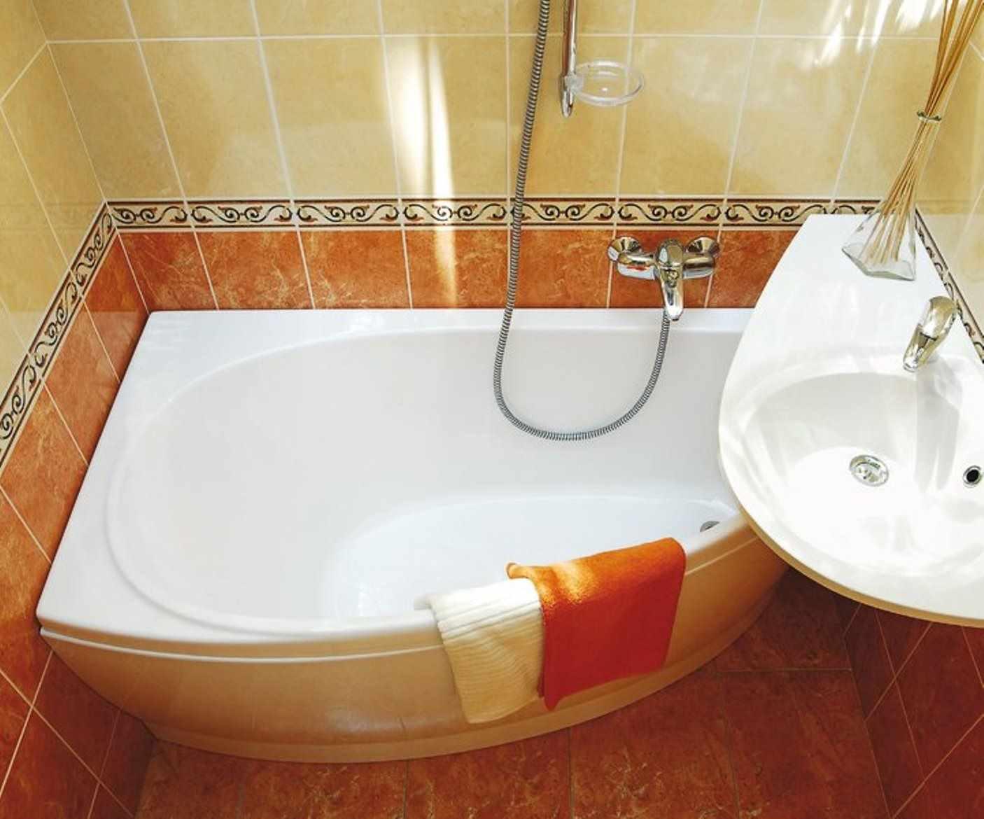 вариант яркого стиля ванной комнаты с угловой ванной