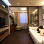 пример яркого интерьера гостиной комнаты 17 кв.м фото