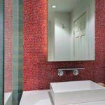 вариант яркого декора ванной комнаты с облицовкой плиткой картинка