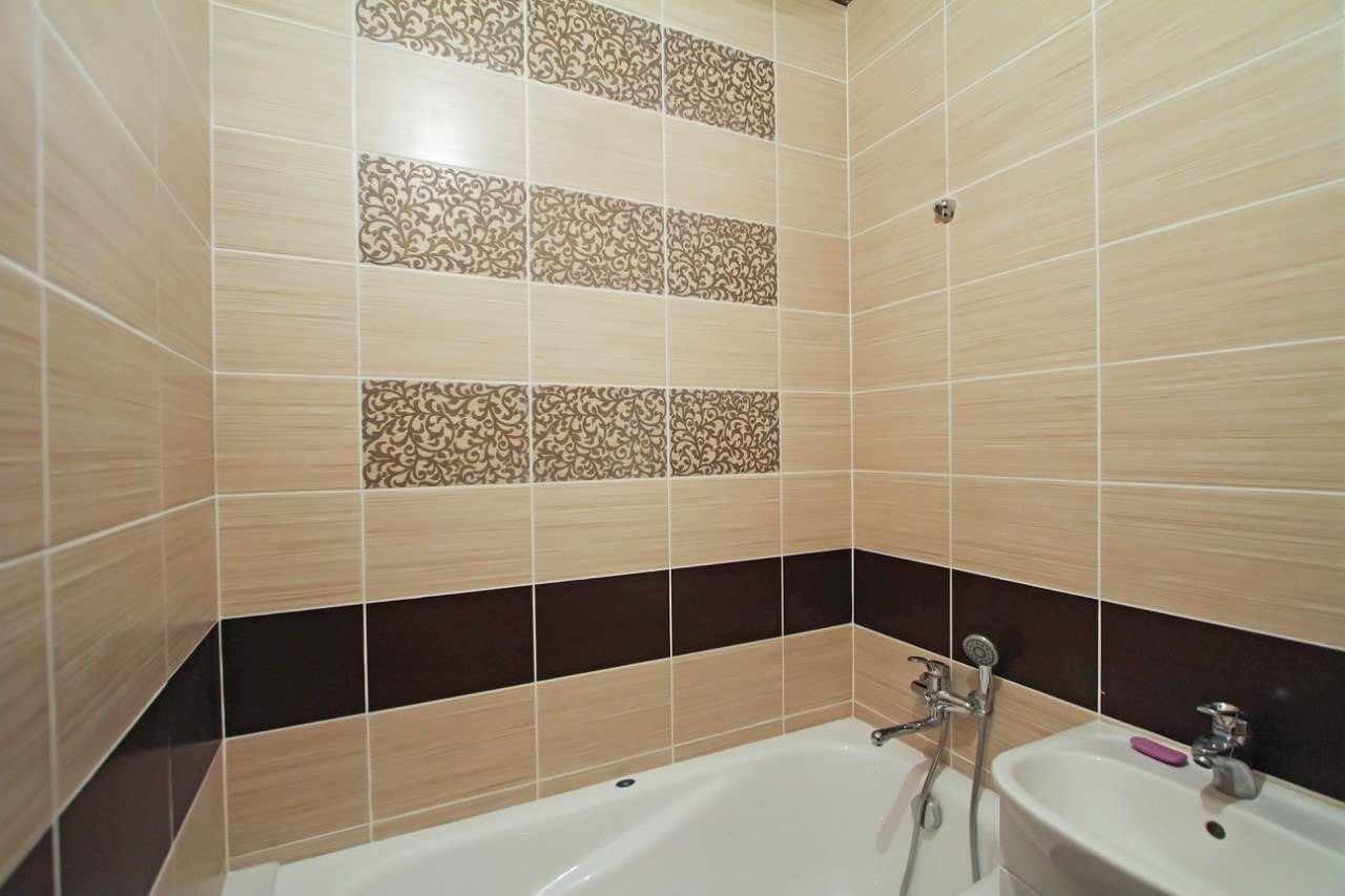 идея светлого дизайна ванной комнаты с облицовкой плиткой