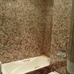 идея красивого декора ванной комнаты с облицовкой плиткой фото