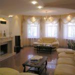 пример применения светлого декора гостиной комнаты с камином фото