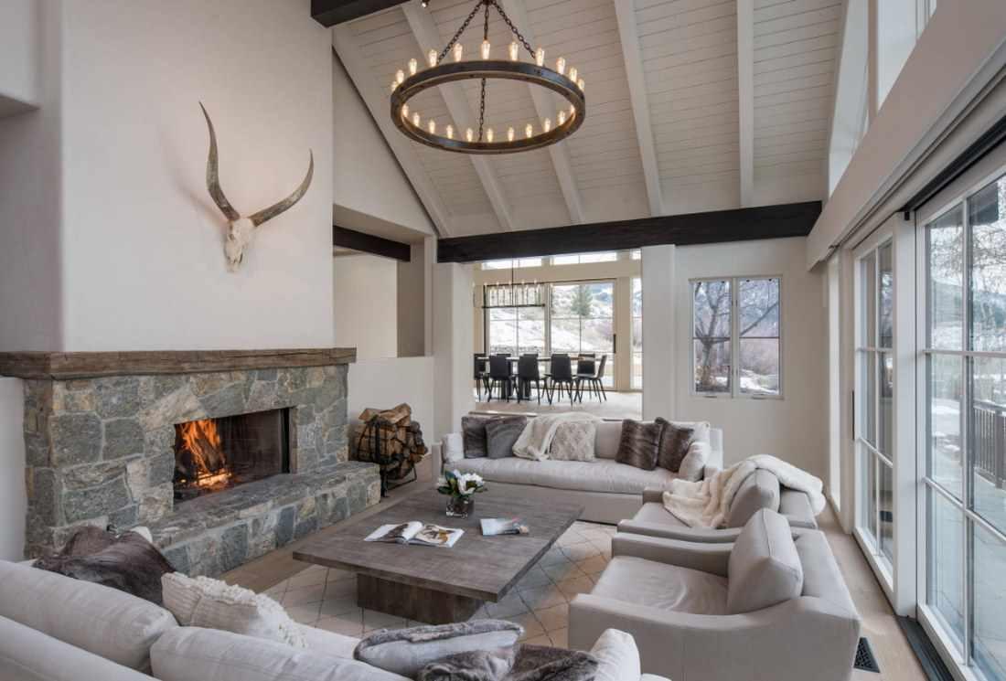 идея применения необычного интерьера гостиной комнаты с камином