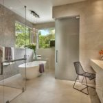 идея светлого стиля ванной комнаты с облицовкой плиткой фото