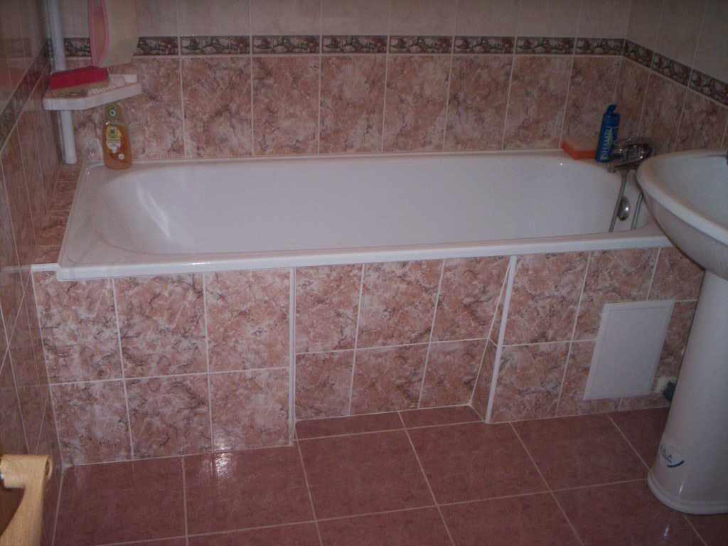 идея светлого декора ванной комнаты с облицовкой плиткой