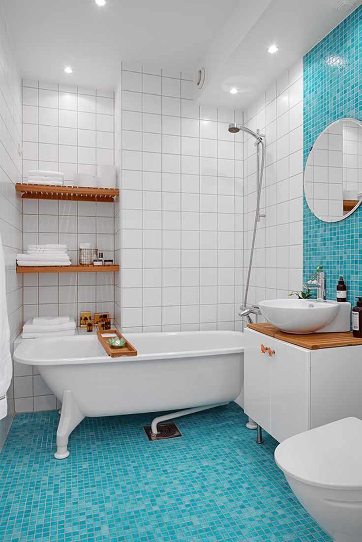 идея яркого интерьера ванной комнаты с облицовкой плиткой