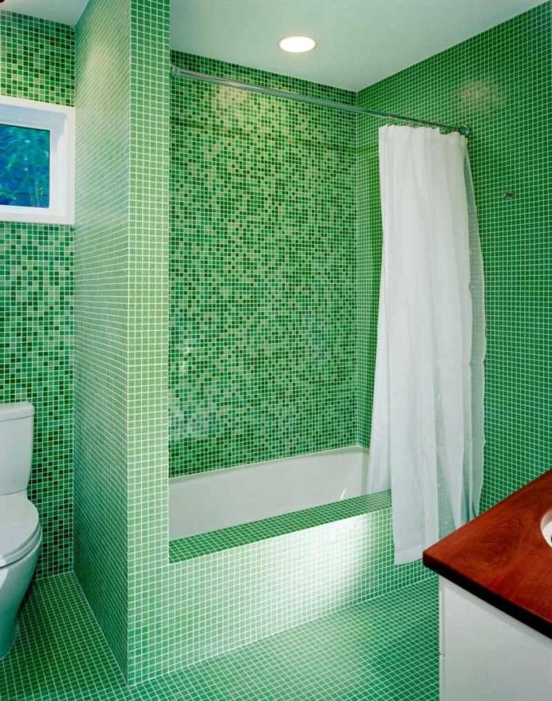 пример необычного стиля ванной комнаты с облицовкой плиткой