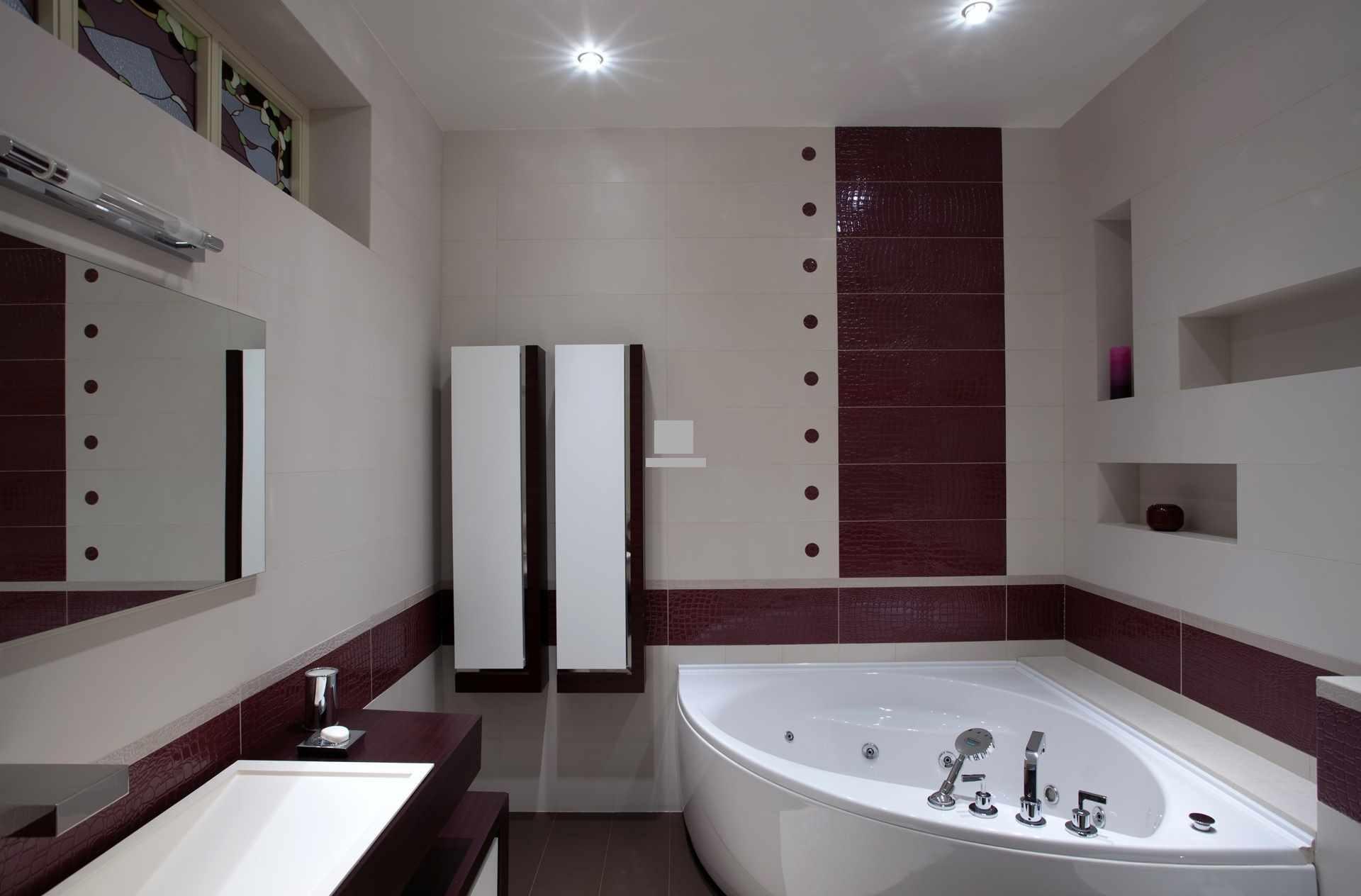 идея красивого декора ванной комнаты с угловой ванной