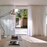 пример использования светлого декора гостиной комнаты в стиле минимализм картинка