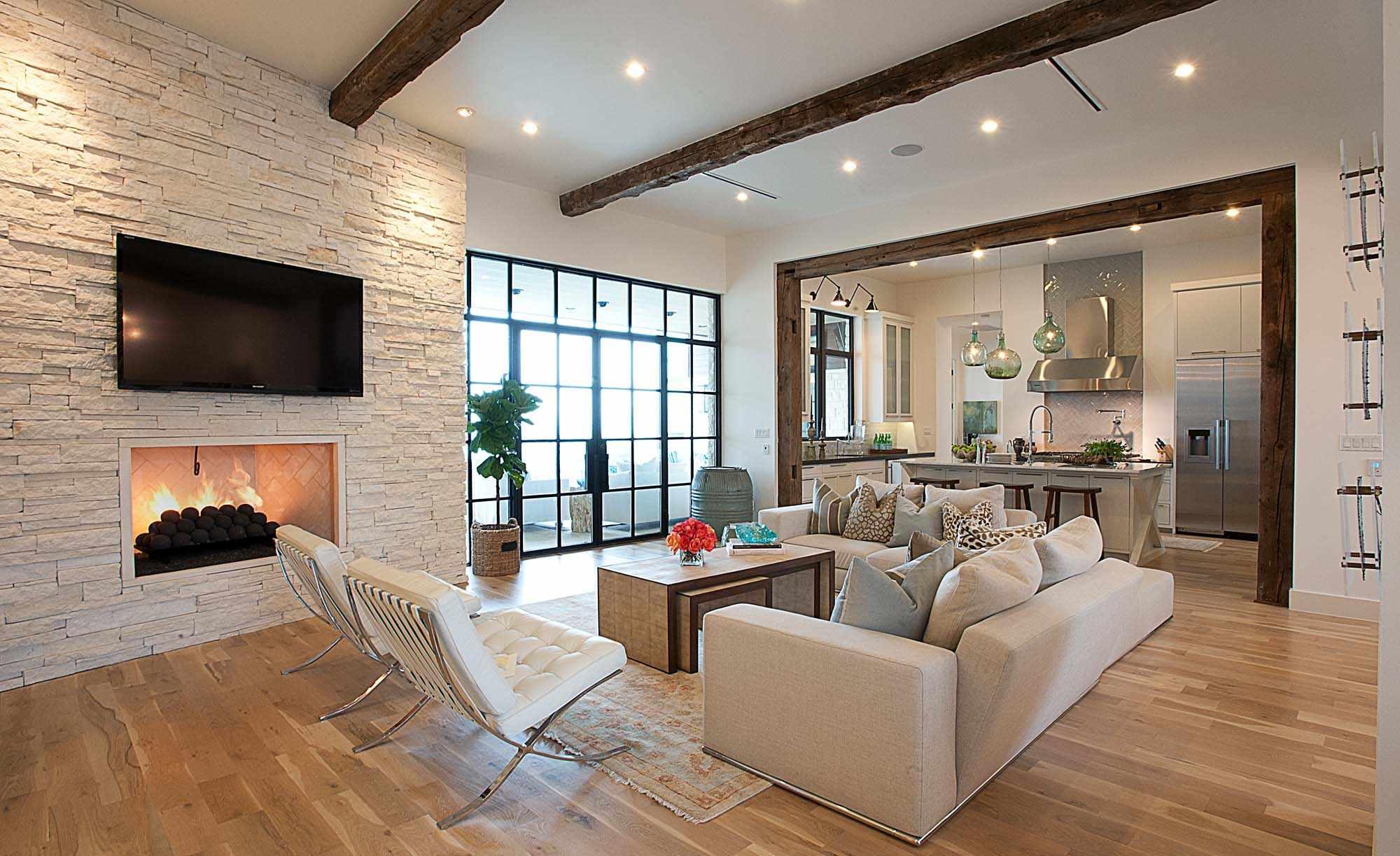 пример применения яркого декора гостиной комнаты с камином