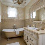пример светлого декора ванной комнаты с облицовкой плиткой фото