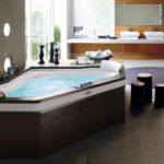 вариант яркого декора ванной комнаты с угловой ванной фото