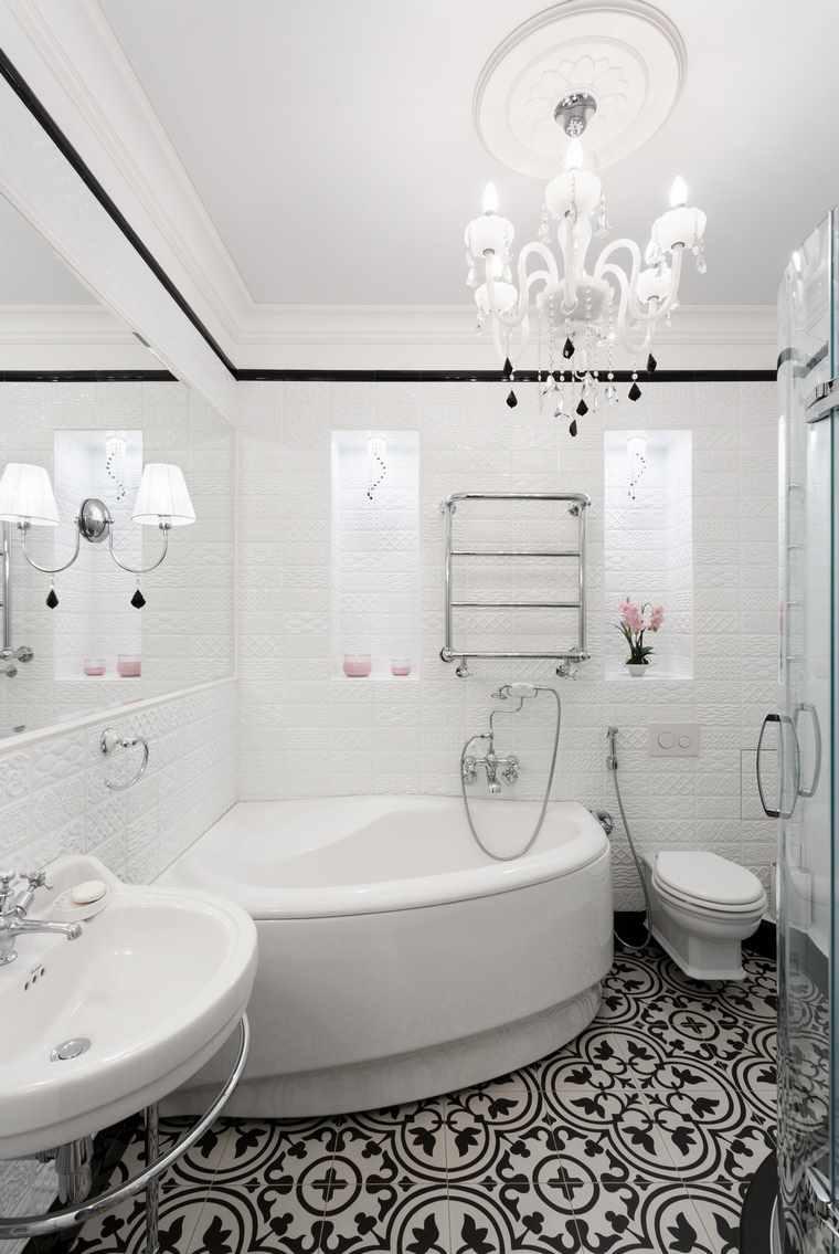 идея светлого декора ванной комнаты с угловой ванной