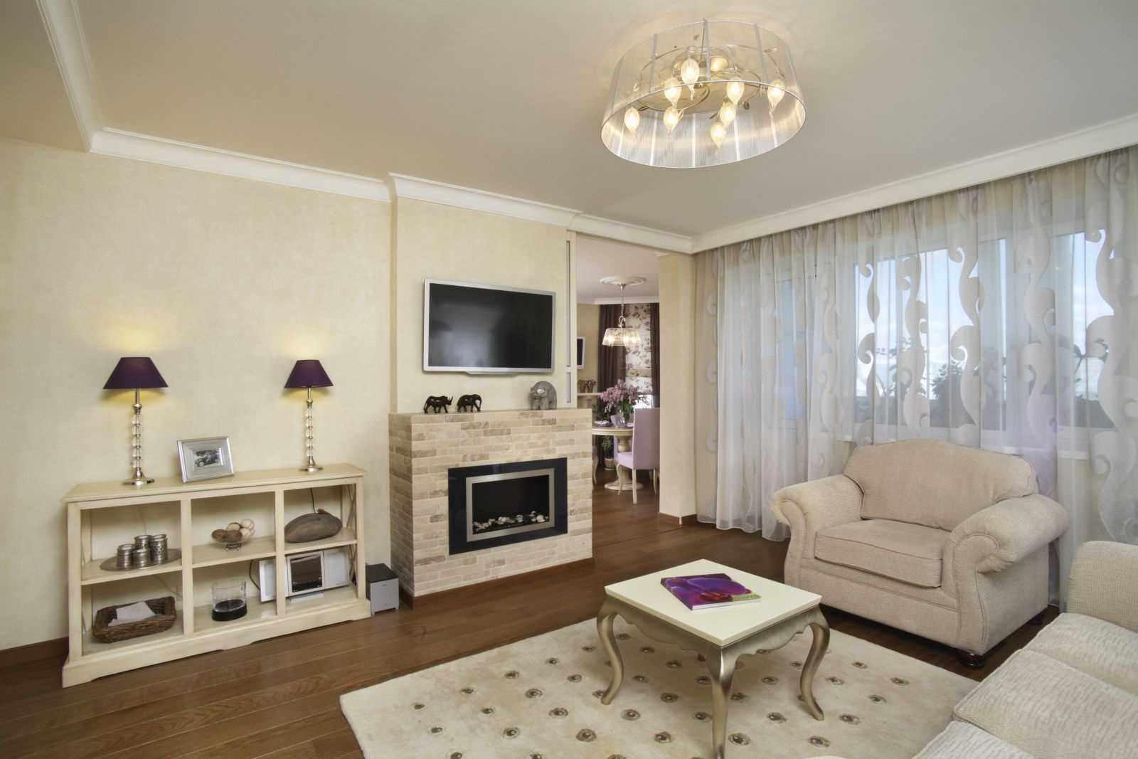 идея использования светлого интерьера гостиной комнаты с камином