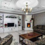пример применения светлого стиля гостиной комнаты с камином фото