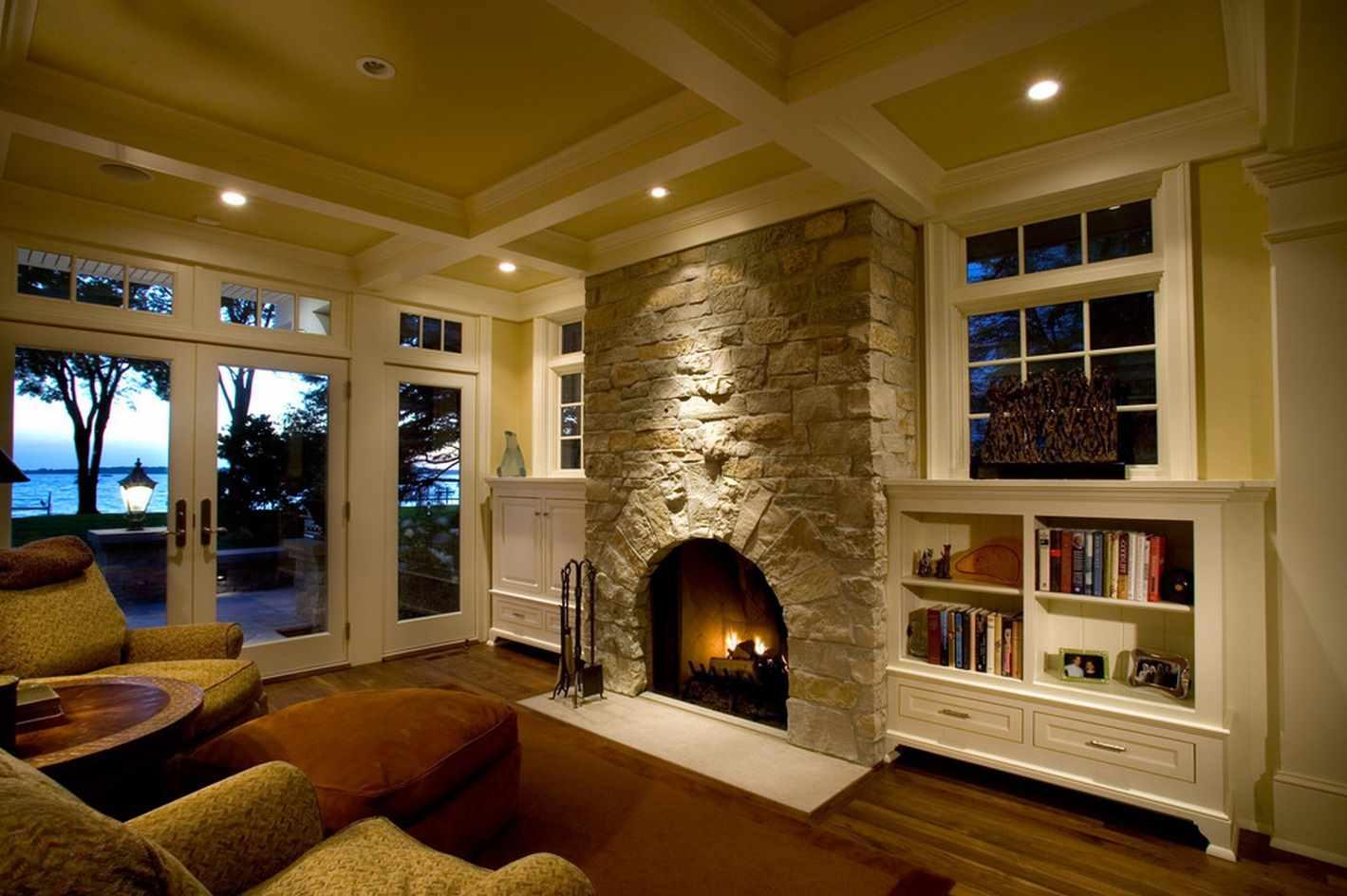 идея использования красивого интерьера гостиной комнаты с камином