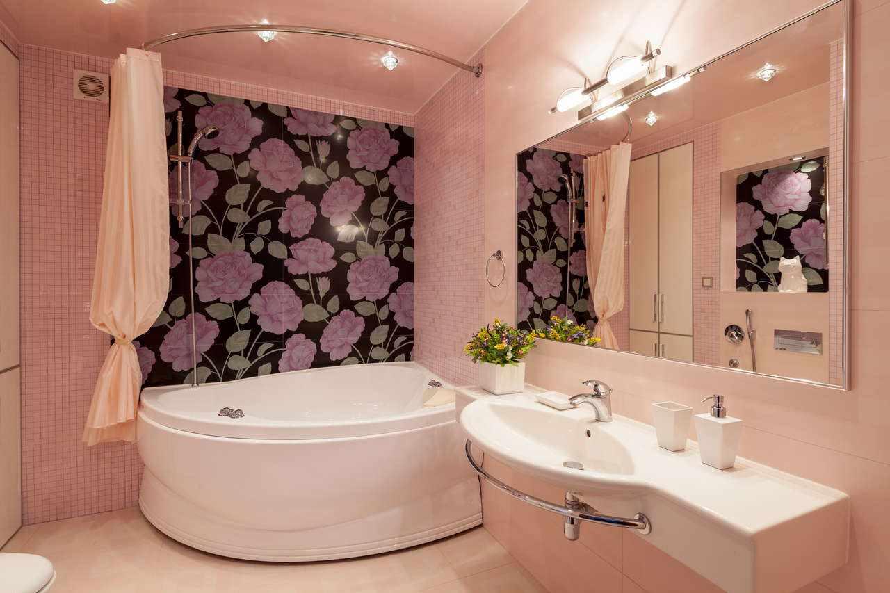идея яркого интерьера ванной комнаты с угловой ванной