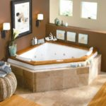 вариант необычного декора ванной комнаты с угловой ванной картинка