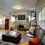 пример использования светлого интерьера гостиной комнаты с камином картинка