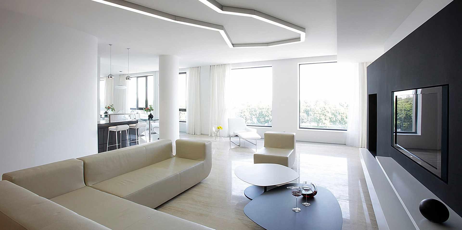 пример применения яркого декора гостиной комнаты в стиле минимализм