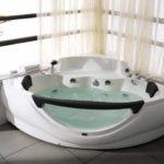 пример необычного интерьера ванной комнаты с угловой ванной фото