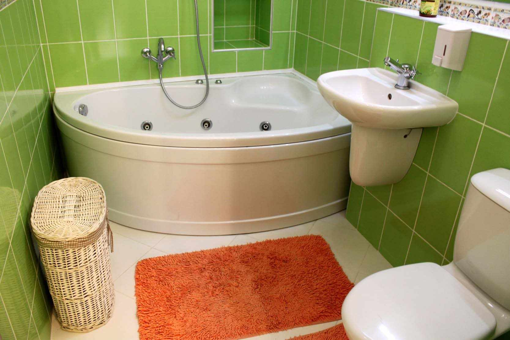 пример светлого декора ванной комнаты с угловой ванной