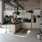 Открытые стеллажи из стального профиля в интерьере кухни