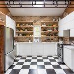 Черно-белый пол из керамогранита в интерьере кухни