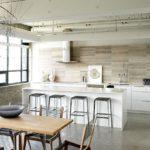 Трубы вентиляции на потолке кухни гостиной
