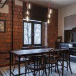 Стена из крупноформатных керамических блоков в интерьере кухни