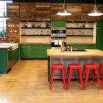 Красные барные стулья и зеленые кухонные шкафы