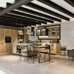 Оформление потолка кухни с металлическими балками