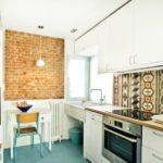 Акцентная стена под кирпич в оформлении кухни