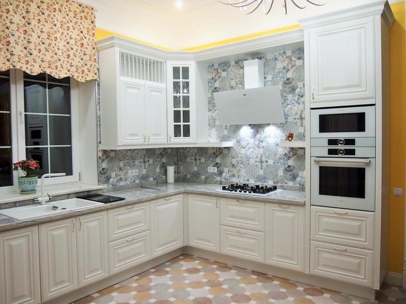 Дизайн угловой кухни с белыми фасадами
