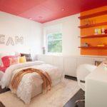 Красный потолок в спальне с белыми стенами